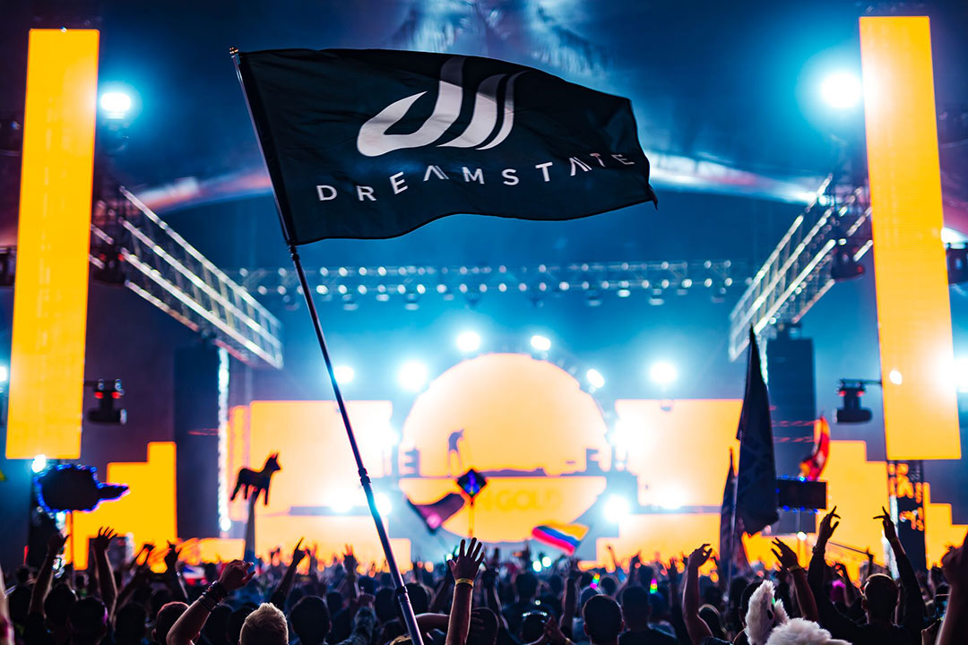 A Dreamstate flag waves over the crowd
