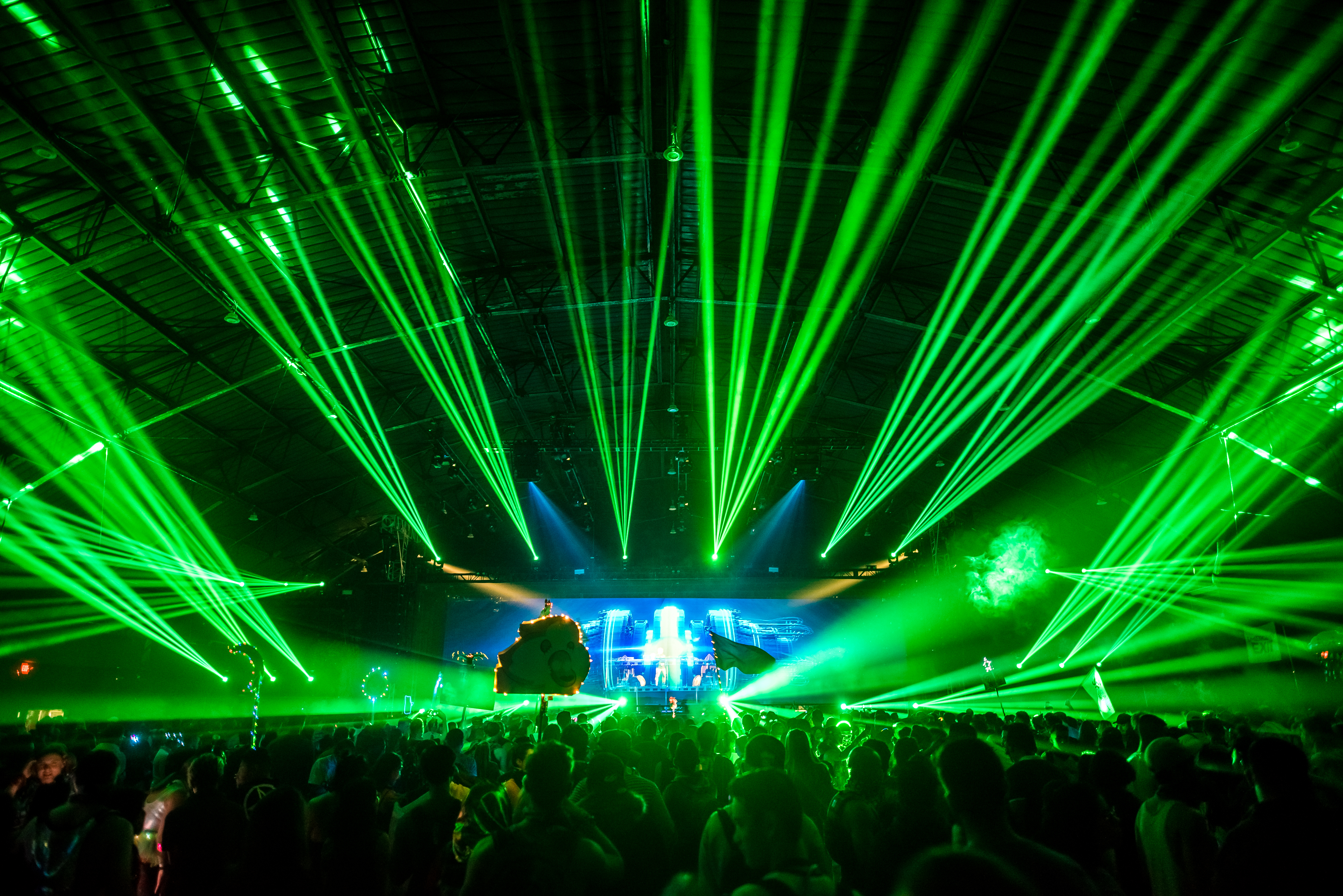 Green lasers over the stage