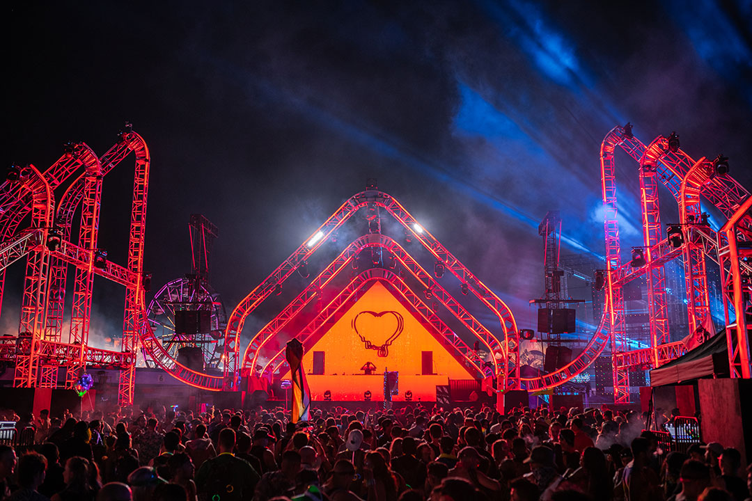 The stereoBLOOM stage glows red