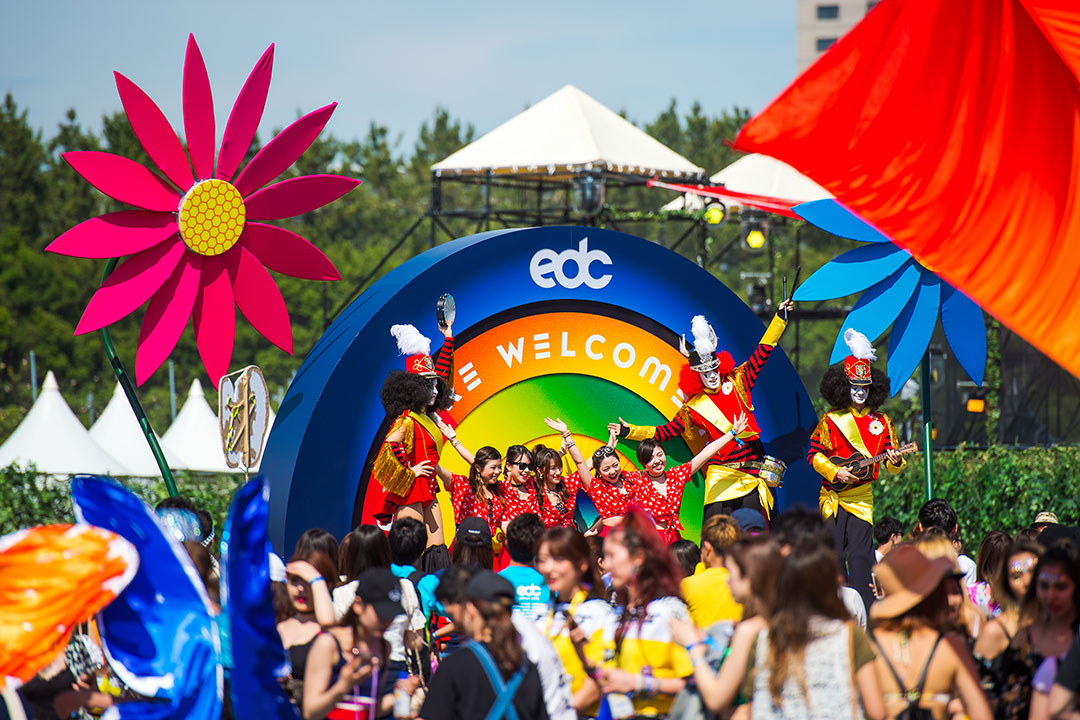 Headliners pose in front of the welcome sign
